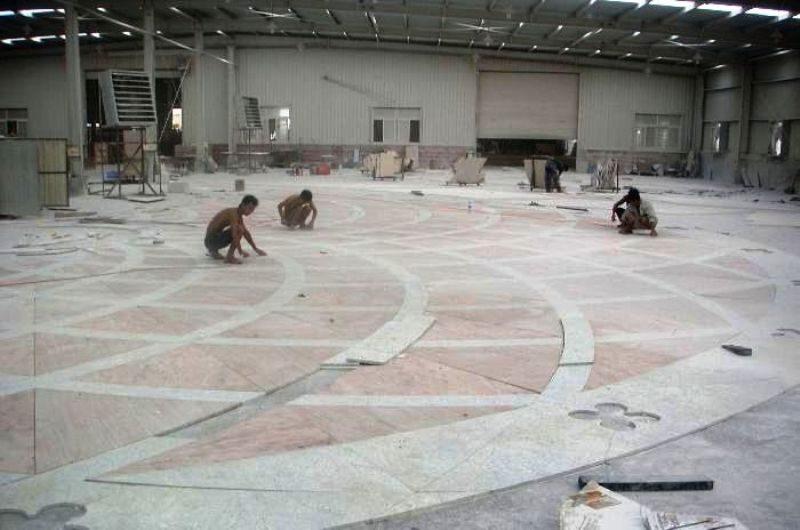 Bakker Natuursteen bezig met het leggen van de natuurstenen vloer