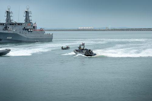 Deze robuuste systemen beschermen zowel de mariniers op het achterschip d.m.v.  semiautomatisch op te trekken schermen, als de stuurman achter kogelwerend glas.
