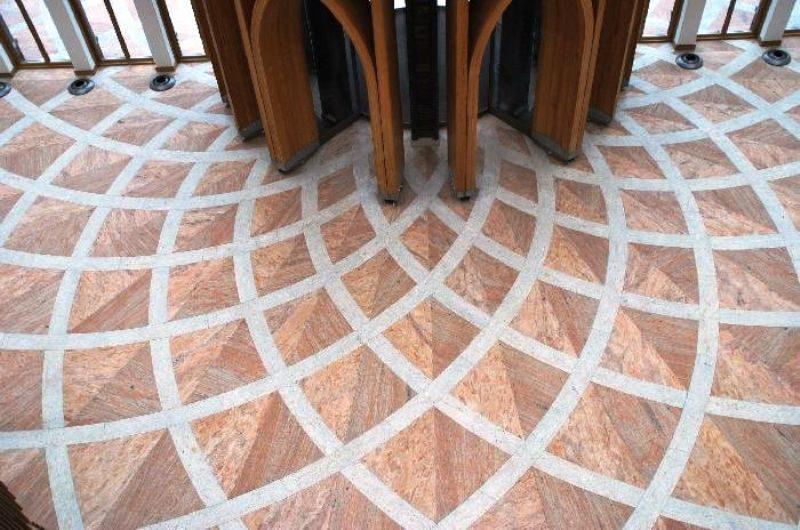 Het eindresultaat van de natuurstenen vloer