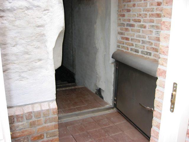 Waterkering bij een woning ingang