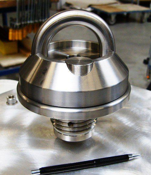 prototype van een Rondal dek-oog, gereed voor de proef op de trekbank
