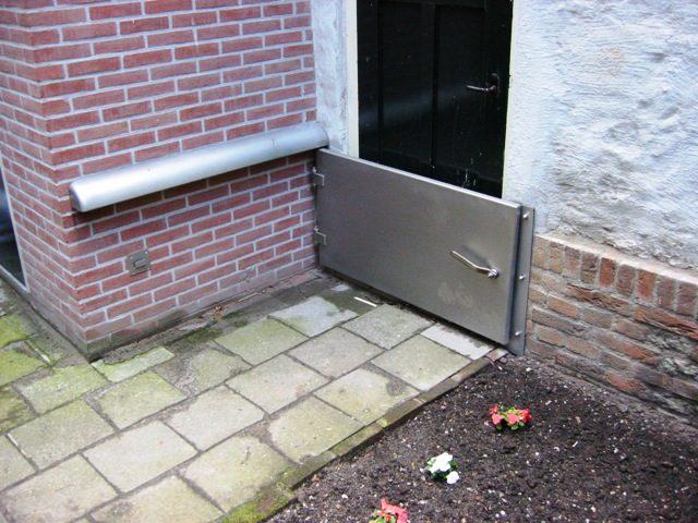 waterkerende deuren bij bewoners in de tuin.